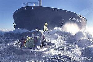 Acción de Greenpeace contra un buque cargado de carbón en Tarragona