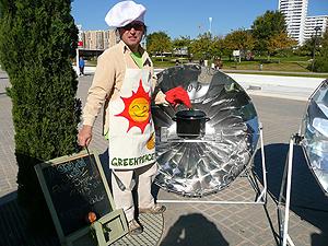 Manolo Vilchez en la paellada solar de Greenpeace a las puertas del IPCC de Valencia