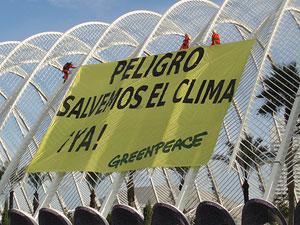 Escaladores de Greenpeace despliegan una pancarta de 400 metros en Valencia