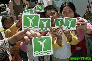 Niños en la actividad el Túnel del tiempo de Greenpeace