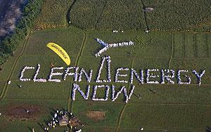 """Cientos de personas forman un banner que reza """"Energ�a limpia ahora"""""""