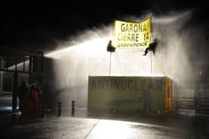 Activistas de Greenpeace frente a Garoña