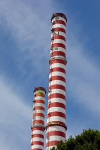 Once activistas escalaron ayer las dos chimeneas de la central térmica de carbón en Vado Ligure (Italia)