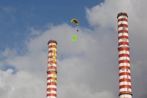 Los once activistas que subieron ayer a las chimeneas de la central térmica de Vado Ligure (Italia) permanecieron durante toda la noche.