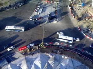 Foto hecha por Estrella en la que se ve los coches de policía en la rotonda