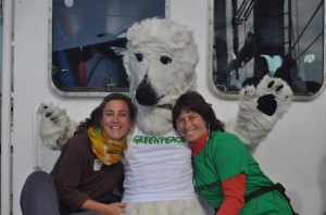 Ana Carla y Maite a bordo de Rainbow Warrior