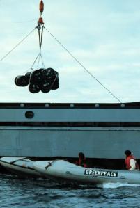 Zodiac de Greenpeace intenta evitar el vertido de residuos radioactivos en el Atlántico